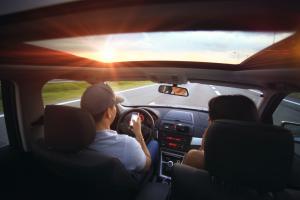 ควรเตรียมตัวอย่างไรให้การเดินทางไกลด้วยรถยนต์ปลอดภัยที่สุด